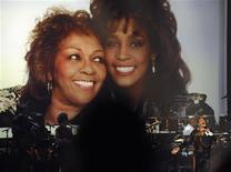 Cissy Houston é vista nesta foto de julho ao se apresentar durante tributo à filha Whitney, morta em fevereiro deste ano, durante o BET Awards 2012, em Los Angeles. Fazer um reality show de TV pode não ser a forma mais óbvia de lidar com a morte repentina de um ente querido, mas a maioria das famílias não tem um ícone como Whitney Houston entre seus parentes.01/07/2012 REUTERS/Phil McCarten