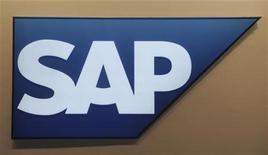 Логотип немецкой компании SAP в Гановере, 10 марта 2010 года. Крупнейший в мире производитель программного обеспечения для бизнеса SAP повысил прогноз выручки в среду в связи с покупкой фирмы Ariba и сообщил о росте квартальной выручки и прибыли. REUTERS/Fabian Bimmer