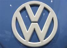 Логотип Volkswagen, сфотографированный на автошоу в Гановере, 18 сентября 2012 года. Прибыль Volkswagen в третьем квартале снизилась на одну пятую из-за сильного спада на европейском авторынке и расходов на технологии.REUTERS/Fabian Bimmer