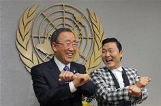 """Cantor sul-coreano Psy (D) faz a dança de """"Gangnam Style"""" com secretário-geral da ONU, Ban Ki Moon, na sede de ONU em Nova York. 23/10/2012 REUTERS/Eduardo Munoz"""