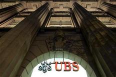 Отделение банка UBS в Цюрихе, 10 августа 2012 года. Швейцарский банк UBS намерен в среду сократить 400 рабочих мест в инвестиционном бизнесе, за чем последуют новые сокращения, сообщил Рейтер источник, знакомый с ситуацией в банке. REUTERS/Arnd Wiegmann