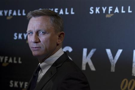 Actor Daniel Craig poses for photographers during a photocall for the film ''Skyfall'' in Paris October 24, 2012. REUTERS/Gonzalo Fuentes