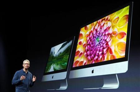 Apple CEO Tim Cook describes new models of the iMac desktop computers during an Apple event in San Jose, California October 23, 2012. REUTERS/Robert Galbraith