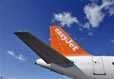 Самолет easyJet стоит в аэропорту Любляны, 16 февраля 2012 года. Бюджетный авиаперевозчик easyJet Plc со следующего года будет летать по маршруту Лондон-Москва. REUTERS/Srdjan Zivulovic