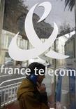 Женщина звонит из телефонной будки в Ницце, 29 октября 2008 года. Французский оператор France Telecom снизил объем дивидендов, которые собирается выплатить в этом и следующем году, из-за обострившейся конкуренции на домашнем рынке и неутешительного прогноза для экономики, сообщила компания после публикации квартального отчета, совпавшего с прогнозами аналитиков. REUTERS/Eric Gaillard