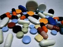 Различные таблетки в Любляне 14 февраля 2012 года. Выручка AstraZeneca упала на 19 процентов в третьем квартале 2012 года на фоне постепенного истечения сроков действия патентов на когда-то популярнейшие лекарственные средства, разработанные фармацевтическим гигантом. REUTERS/Srdjan Zivulovic