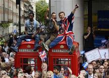 Болельщики следят за парадом параолимпийцев в Лондоне, 10 сентября 2012 года. Экономика Великобритании вышла из рецессии в третьем квартале, показав самый сильный квартальный рост за пять лет, частично благодаря крупным расходам на Олимпийские игры. REUTERS/Adrian Dennis/POOL
