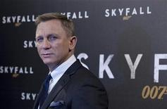"""Ator Daniel Craig pose para fotógrafos em Paris. No terceiro filme estrelado pelo inglês Daniel Craig, """"007 - Operação Skyfall"""", a cinquentenária franquia do espião inspirada na obra de Ian Fleming pisa fundo na renovação. 24/10/2012 REUTERS/Gonzalo Fuentes"""