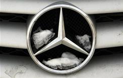 Логотип автомобиля Mercedes-Benz от компании Daimler в Бухаресте 10 февраля 2012 года. Немецкий автоконцерн Daimler, контролирующий 15 процентов акций российского Камаза, получил от участия в нем 20 миллионов евро прибыли против убытка 25 миллионов евро годом ранее, говорится в отчете за девять месяцев 2012 года. REUTERS/Radu Sigheti