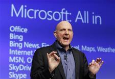 Глава Microsoft Стив Боллмер на запуске Windows 8 в Нью-Йорке 25 октября 2012 года. Операционная система Windows 8 откроет новую главу в истории Microsoft Corp и будет свидетельствовать о лидерстве компании в сфере компьютерных технологий, считает исполнительный директор Стив Боллмер. REUTERS/Lucas Jackson