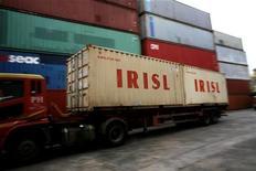 Грузовик с контейнерами Islamic Republic of Iran Shipping Lines (IRISL) на складе в Сингапуре, 4 февраля 2012 года. Иран продолжает покупать уголь, несмотря на санкции Запада, используя посредников, многочисленные банковские счета и корабли-призраки. REUTERS/Thomas White