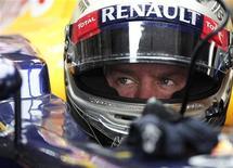 Piloto alemão Sebastian Vettel, da equipe Red Bull, em seu carro durante o segundo treino para o Grande Prêmio Indiano de Fórmula 1 no circuito internacional Buddh, nos arredores de Nova Délhi. 26/10/2012 REUTERS/Adnan Abidi