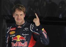 O piloto alemão Sebastian Vettel, da Red Bull, comemora conquista da pole position na Índia neste sábado. REUTERS/Ahmad Masood