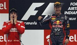 Alemão Sebastian Vettel, da Red Bull, comemora primeiro lugar no Grande Prêmio da Índia neste domingo ao lado de Fernando Alonso, segundo colocado na prova. 28/10/2012 REUTERS/Vivek Prakash