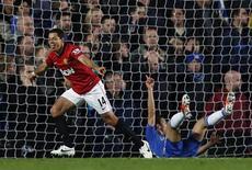 Javier Hernandez (E), do Manchester United, comemora gol contra o Chelsea durante o campeonato inglês contra o Stamford Bridge, em Londres. 28/10/2012 REUTERS/Eddie Keogh