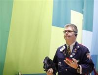 Трейдер работает в торговом зале фондовой биржи в Нью-Йорке, 24 октября 2012 года. Акции США незначительно выросли в пятницу, но снизились за прошлую неделю из-за слабой отчетности компаний, особенно крупных транснациональных корпораций. REUTERS/Brendan McDermid