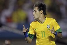 Neymar comemora após marcar gol contra a Argentina em amistoso em setembro, em Goiânia. Neymar, do Santos, é o único brasileiro entre os 23 finalistas anunciados nesta segunda-feira para concorrer ao prêmio Bola de Ouro da Fifa de melhor jogador do mundo em 2012. 19/09/2012 REUTERS/Ueslei Marcelino