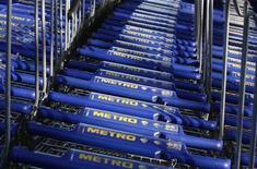 <p>Le distributeur allemand Metro fait état d'une chute de 35% de son bénéfice au troisième trimestre. Les consommateurs confrontés à la crise ont rogné sur leurs dépenses. /Photo prise le 20 mars 2012/REUTERS/Ina Fassbender</p>