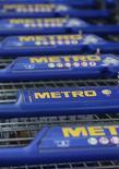 Продуктовые тележки стоят в магазине немецкого ритейлера Metro AG под Бонном, 23 мая 2012 года. Прибыль немецкого ритейлера Metro упала на 35 процентов в третьем квартале 2013 года на фоне сокращения расходов потребителей в еврозоне. (GERMANY - Tags: BUSINESS)