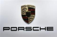 Логотип Porsche, сфотографированный на автошоу в Париже, 27 сентября 2012 года. Операционная прибыль немецкого производителя спортивных авто Porsche AG за девять месяцев 2012 года выросла на 22,9 процента до 1,88 миллиарда евро ($2,44 миллиарда) благодаря рекордным продажам, включая внедорожник Cayenne и спорткар 911. REUTERS/Jacky Naegelen