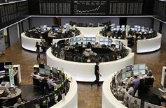 Торговый зал Франкфуртской фондовой биржи, 11 сентября 2012 года. Европейские акции растут благодаря швейцарскому банку UBS и нефтяной компании BP. REUTERS/Remote/Pawel Kopczynski