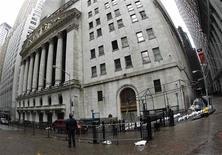 <p>Les places boursières new-yorkaises NYSE Euronext et Nasdaq OMX ont annoncé mardi leur réouverture mercredi, après deux jours de fermeture en raison du passage de l'ouragan Sandy sur la côte Est des Etats-Unis. Les échanges reprendront à 9h30 locales suivant les procédures d'ouverture normales. /Photo prise le 30 octobre 2012/REUTERS/Carlo Allegri</p>