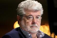 Cineasta e presidente da produtora Lucasfilm Ltd., George Lucas, é visto nesta foto de abril ao conceder uma entrevista em Beverly Hills, nos EUA. A Walt Disney disse que firmou acordo para comprar a LucasFilm por 4,05 bilhões de dólares. 30/04/2012 REUTERS/Fred Prouser