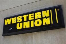 Логотип компании Western Union в Нью-Йорке, 28 марта 2009 года. Прибыль Western Union Co выросла в третьем квартале, но крупнейшая в мире компания, занимающаяся денежными переводами, сократила годовой прогноз, так как растущая конкуренция и слабые рынки негативно влияют на ее показатели. REUTERS/Eric Thayer