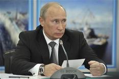 Президент России Владимир Путин выступает на встрече в Северодвинске, 30 июля 2012 года. Президент России Владимир Путин по-прежнему верит в будущее Штокмановского месторождения, допуская его старт в 2017 году, хотя участники газового проекта пока так и не договорились об условиях разработки. REUTERS/Alexei Nikolsky/RIA Novosti/Kremlin