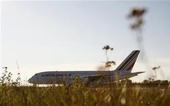Самолет Airbus A380, принадлежащий Air France-KLM, готовится к взлету на полосе под Гамбургом, 30 октября 2009 года. Операционный доход франко-голландского авиаперевозчика Air France-KLM вырос на 28 процентов в третьем квартале 2012 года, позволив компании сохранить цели увеличения прибыли во второй половине года. REUTERS/Christian Charisius