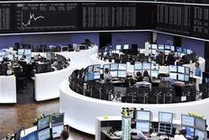 Трейдеры работают в торговом зале Франкфуртской фондовой биржи, 12 сентября 2012 года. Европейские акции растут на фоне смешанных квартальных показателей компаний и в ожидании открытия американского рынка после двухдневного перерыва. REUTERS/Alex Domanski