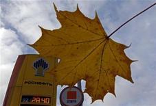 Логотип Роснефти на заправке в Санкт-Петербурге, 23 октября 2012 года. РФ не исключает продажу дополнительного пакета акций Роснефти в 2013 году при условии, что цена сделки будет выше, чем анонсированная реализация 5,66 процента акций госкомпании британской BP, сказал журналистам первый вице-премьер РФ Игорь Шувалов. REUTERS/Alexander Demianchuk