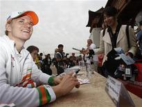 Piloto de F1 Nico Hulkenberg sorri durante sessão de autógrafos no Circuito Internacional da Coreia antes do GP de Yeongam, Coreia do Sul. O piloto alemão Nico Hulkenberg, da Force India, vai correr pela Sauber na próxima temporada da Fórmula 1, informou a equipe suíça nesta quarta-feira. 13/10/2012 REUTERS/Woohae Cho