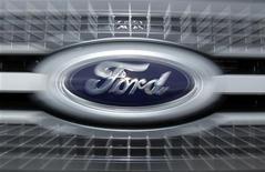 <p>Ford, qui a publié mardi un bénéfice trimestriel meilleur qu'attendu, à suivre mercredi sur les marchés américains. /Photo d'archives/REUTERS/Mike Blake</p>