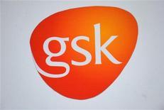 Логотип GlaxoSmithKline на здании в Лондоне 6 февраля 2008 года. Продажи GlaxoSmithKline сократились на 8 процентов в третьем квартале 2012 года из-за необходимости снижать цены на лекарства на европейском рынке и более слабого, чем в прошлом году, спроса на вакцины. REUTERS/Toby Melville