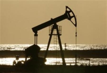 An oil pump is seen on the shore near Santa Cruz del Norte, Cuba June 5, 2008. Picture taken June 5, 2008. REUTERS/Claudia Daut