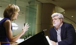 """George Lucas é visto nesta foto de maio durante entrevista em Beverly Hills, nos EUA. O acordo de 4 bilhões de dólares da Walt Disney para comprar a Lucasfilm, de Lucas, --a terceira maior aquisição de entretenimento da Disney em sete anos-- começou a tomar forma em maio de 2011, quando o criador de """"Star Wars"""" teve de mostrar ao presidente-executivo da Disney, Bob Iger, como usar um sabre de luz. 30/04/2012 REUTERS/Fred Prouser"""