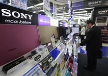 Sony Corp's speakers are displayed at an electronics store in Tokyo October 23, 2012. REUTERS/Yuriko Nakao