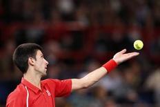 O servo Novak Djokovic saca durante partida contra o norte-americano Sam Querrey durante o Masters de Paris, na França. 31/10/2012 REUTERS/Benoit Tessier