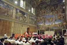 O papa Bento 16 reza a oração das Vésperas na Capela Sistina, no Vaticano, nesta quarta-feira. 31/10/2012 REUTERS/Osservatore Romano/Pool