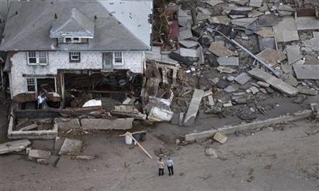 10月31日、ハリケーン「サンディ」の影響で米国の第4・四半期のGDPが1%に減速する可能性がある。写真はニューヨークの被災地(2012年 ロイター/Adrees Latif)