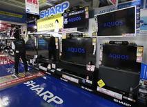 Телевизоры Sharp Aquos в магазине в Токио, 28 октября 2012 года. Японский производитель электроники Sharp Corp увеличил свой прогноз операционного убытка за год до 155 миллиардов иен ($1,94 миллиарда) со 100 миллиардов иен убытков, ожидавшихся ранее. REUTERS/Yuriko Nakao