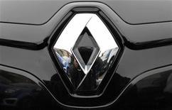 <p>Renault est l'une des valeurs à suivre à la Bourse de Paris, après avoir confirmé l'ouverture le 6 novembre prochain d'un cycle de discussions avec les syndicats portant sur l'amélioration de la compétitivité des usines françaises du groupe. /Photo d'archives/REUTERS/Vincent Kessler</p>