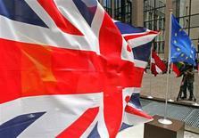 <p>La Grande-Bretagne veut que le budget de l'Union européenne soit réduit, a déclaré jeudi le ministre des Finances George Osborne, ajoutant que le Premier ministre David Cameron s'opposera à tout accord qu'il jugera défavorable aux contribuables britanniques. /Photo d'archives/REUTERS/Yves Herman</p>