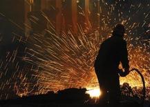 <p>Fonderie à Hefei, dans la province chinoise d'Anhui. L'industrie manufacturière chinoise a renoué avec la croissance en octobre, ressortant à son meilleur niveau en huit mois. L'indice PMI publié par le Bureau national de la statistique a atteint 50,2 contre 49,8 en septembre, repassant pour la première fois depuis juillet au-dessus du seuil de 50. /Photo d'archives/REUTERS</p>