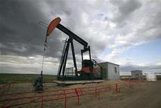 """Насос-качалка компании EnCana около Роккифорда в канадской провинции Альберта, 30 июня 2009 года. Цены на нефть Brent снижаются, так как инвесторы ожидают сокращения спроса на топливо на Восточном побережье США после шторма """"Сэнди"""". REUTERS/Todd Korol"""