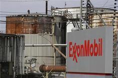 <p>Exxon Mobil a publié un bénéfice en baisse de 7% au troisième trimestre, en raison d'un tassement de la production et d'une baisse des cours des ressources naturelles. Le premier groupe pétrolier mondial coté a fait état d'un bénéfice de 9,57 milliards de dollars contre 10,33 milliards de dollars un an auparavant. /Photo d'archives/REUTERS/Jessica Rinaldi</p>