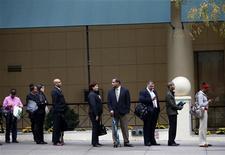 <p>Les inscriptions hebdomadaires au chômage ont diminué aux Etats-Unis lors de la semaine au 27 septembre à 363.000 contre 372.000 (révisé) la semaine précédente, a annoncé jeudi le département du Travail. /Photo prise le 24 octobre 2012/REUTERS/Mike Segar</p>