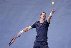 O britânico Andy Murray saca em partida contra o polonês Jerzy Janowicz durante o Masters de Paris, na França. 1/11/2012 REUTERS/Benoit Tessier