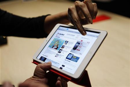 Visitors look over the new iPad mini at an Apple event in San Jose, California October 23, 2012. REUTERS/Robert Galbraith